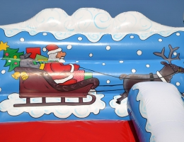 Bożonarodzeniowe ozdoby na zjeżdżalni - Mikołaj na saniach i renifery