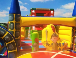 Dmuchany plac zabaw dla dzieci, który jest częścią atrakcji połykacz - smok