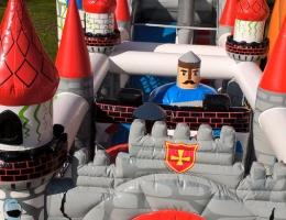 Dmuchana brama frontowa i wieżyczki placu zabaw